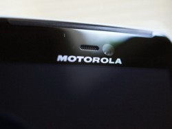 Motorola Android phone features edge-to-edge screen