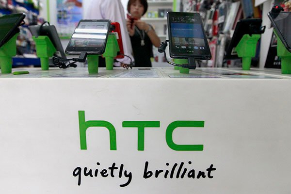 Struggling HTC turns to cheaper smartphones