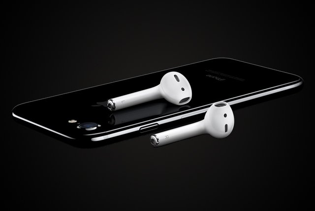 apple-iphone-7-dark-earbuds