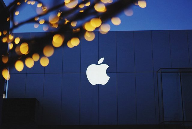 Apple becomes the first US company to be worth $1 trillion